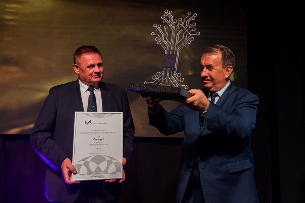 Marszałek Wojciech Kozak wręcza statuetkę Nagrody Gospodraczej